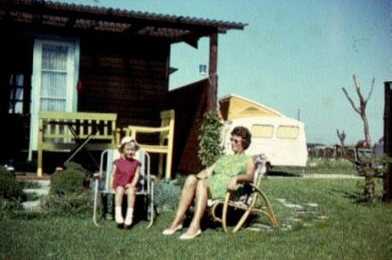 Met Kuiken op bezoek bij de Deense vrienden van mijn ouders in hun sommerhus. Jyllinge 1964