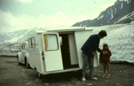 Kever & Kuiken en mam & ik op de Gotthardpas, 1966