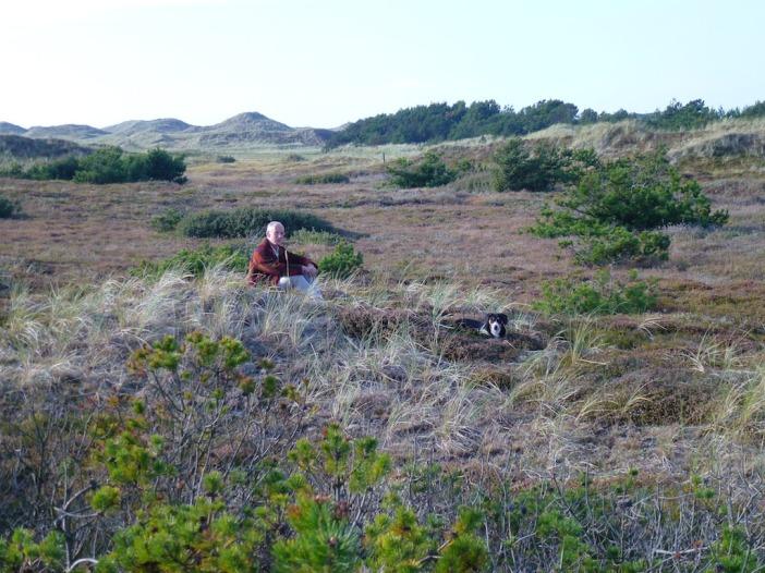 Jaap mijmert en ook Odin verstilt even op het stuk grond dat te koop is tussen Vang en de zee.