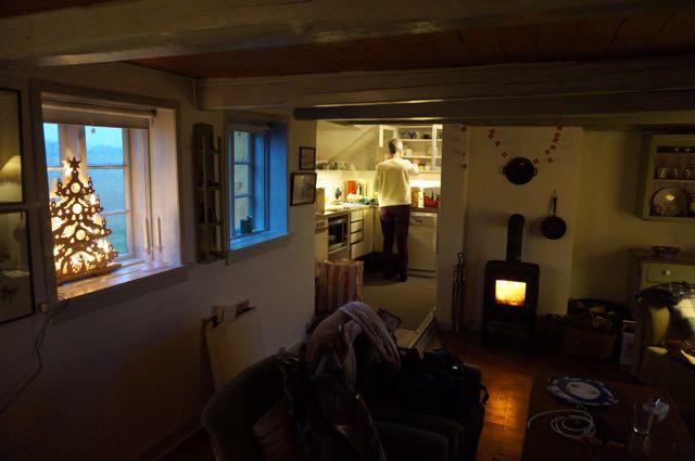 De kachel brandt, de lampjes in de houten kerstboom ook... we installeren ons in het Gele Huis