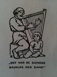 De voorkant van het Thylands Sangbog: een Deense bard met harp