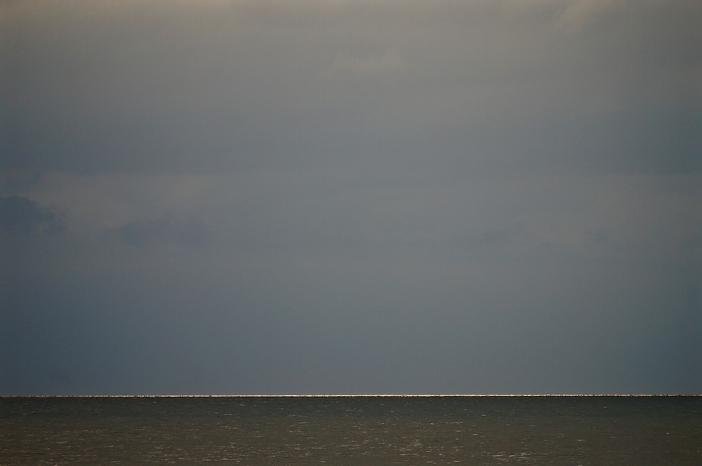 Dag 3: grijze lucht boven een grijze zee, met nog slechts een streepje 'goud' aan de horizon