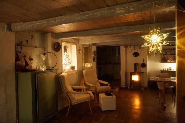 kerst kerstster kachel vuurtje kerstboom twee stoelen Deens interieur
