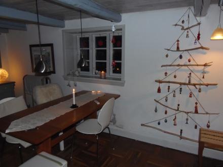 alternatieve kerstboom van takken stokken aangespoeld gejut hout