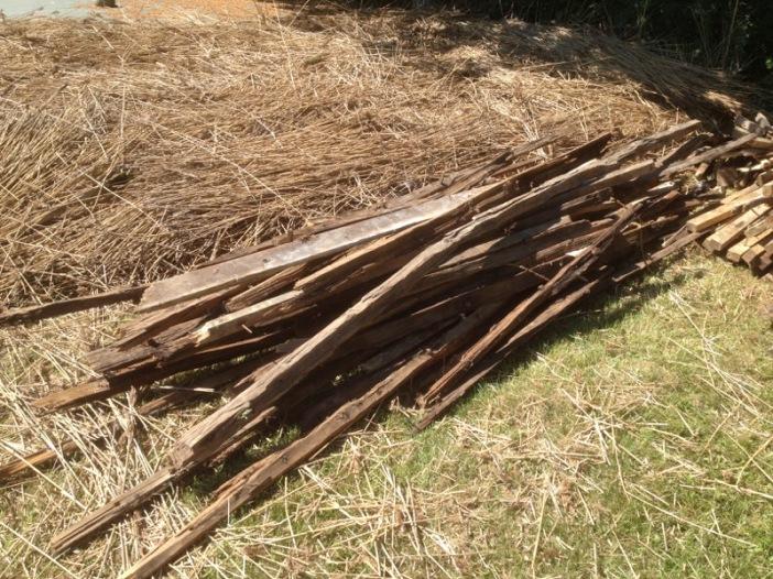 2018-06-06 13.07.50 Een stapeltje antiek hout, heeft windkracht 9 doorstaan!