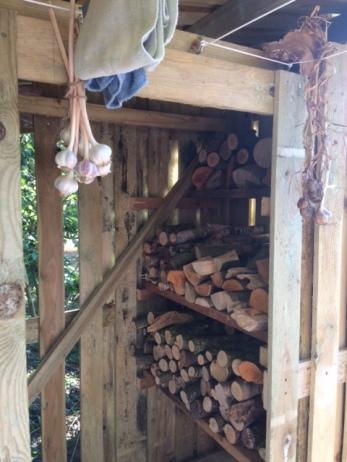 Het hout/knoflook/wasdrooghok is al aardig ingericht :-)