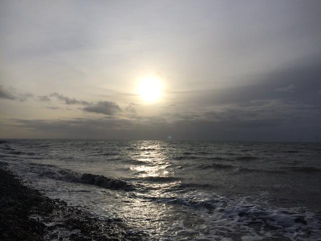 zonsondergang, woelige golven