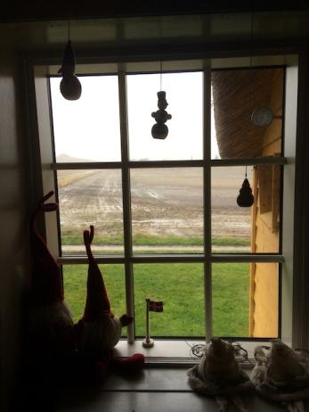 Sneeuwpoppen voor het raam, nisser en snowmaidens in de vensterbank